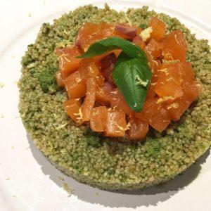 """Cous cous """"verde"""" e tartare di salmone affumicato"""