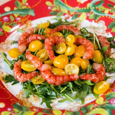 Insalata di gamberi e pomodorini gialli.
