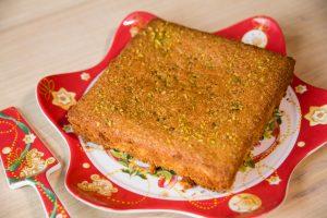 Torta soffice al limone con granella di pistacchi.
