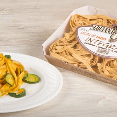 Fettuccine integrali con fave, zucchine e bottarga.