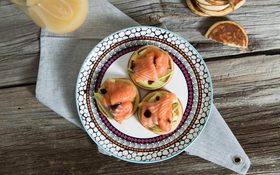 Pancake al salmone, avocado e glassa alla soia.