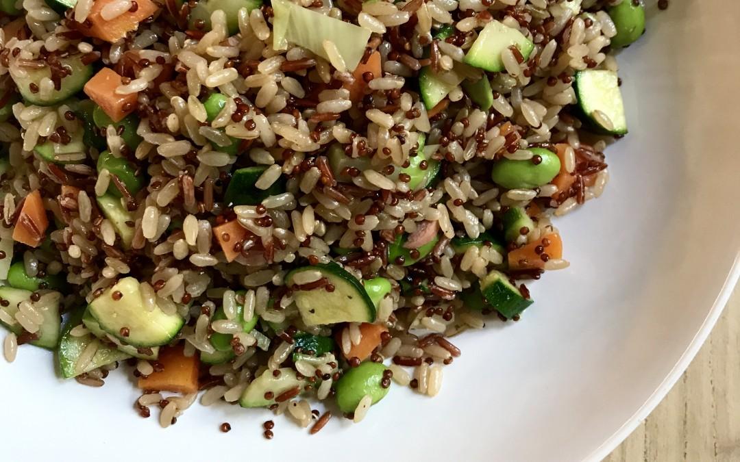 Riso bianco, rosso e quinoa con verdure saltate.
